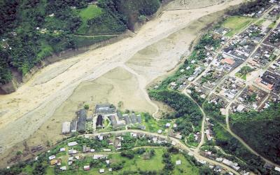 Town of Belalcázar, Colombia, the largest community hit by an earthquake induced lahar in 1994. Flow arrived from upper right and only riverside structures were destroyed. (Click image to view full size.)